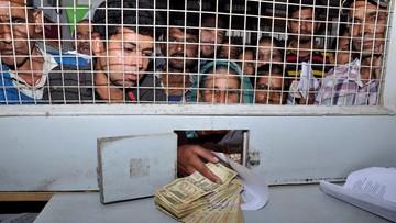 Indie: wielkie kolejki przed bankami. Tysiące policjantów wezwanych na pomoc