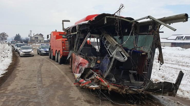 """Pięć ofiar śmiertelnych wypadku w Serbii. """"Pędzący pociąg dosłownie przeciął autobus na pół"""""""