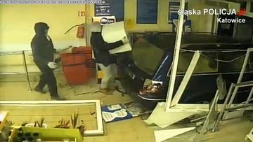 Wjechali do marketu kradzionym volkswagenem i okradli kantor