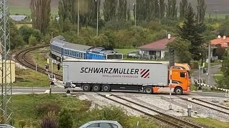 Czechy: o krok od tragedii na przejeździe kolejowym. Maszynista wyhamował w ostatniej chwili