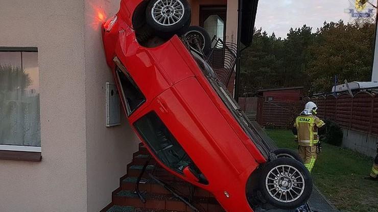 Jazda zakończona na ścianie domu. Kobieta mogła zasnąć za kierownicą