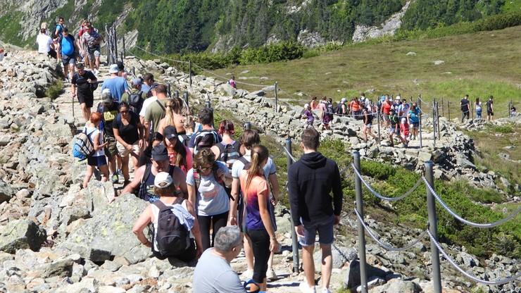 Tłumy turystów w górach. Ponad 10 tys. ludzi na Śnieżce