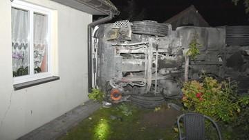 Ciężarówka uderzyła w dom. Później w kolejny. Kierowca miał 2,5 promila