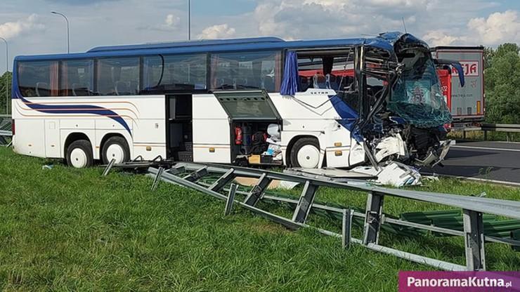 Łódzkie. Autokar wiozący 44 dzieci zderzył się z samochodem ciężarowym, 10 osób rannych