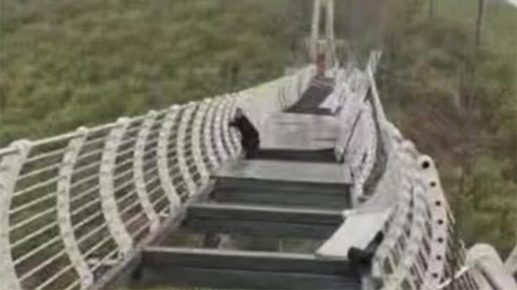 Chiny: wiatr uszkodził szklany most widokowy, po którym szedł turysta