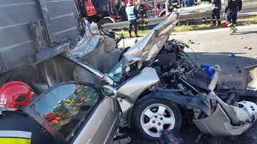 [NOWE ZDJĘCIA - AKTUALIZACJA] Zderzenie trzech tirów i auta osobowego na A2. Zginęła jedna osoba