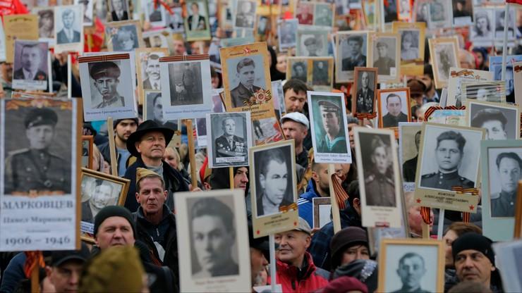 """Pochód """"Nieśmiertelnego Pułku"""" w Moskwie. Uczestnicy nieśli zdjęcia swoich przodków"""
