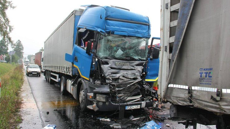 Świętokrzyskie: trzy ciężarówki zderzyły się na DK 73 w Pacanowie