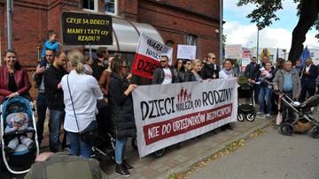 """""""Złodzieje dzieci"""". Protest przed Sądem Rejonowym w Białogardzie"""