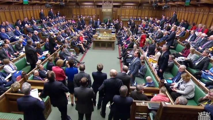 Brytyjscy posłowie za próbą osłony praw obywateli UE i planem głosowań ws. brexitu