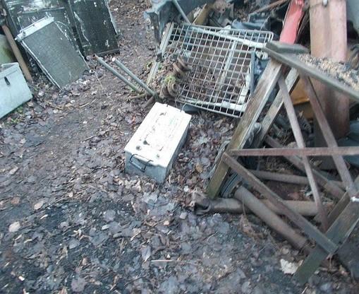 Elektrośmieci i akumulatory gromadzone były na terenie nieutwardzonym wraz z innymi odpadami