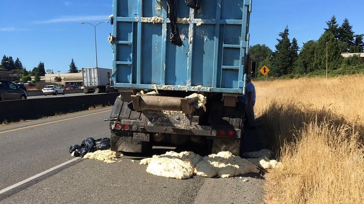 """Drożdżowa """"paka"""". Ciężarówka jechała, a ciasto rosło. Wylało się na autostradę"""