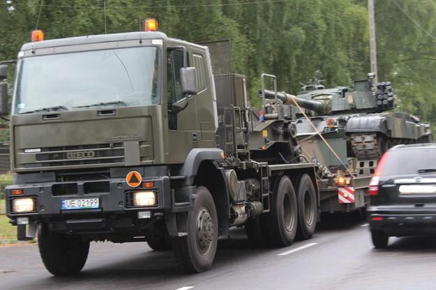 Transport czołgów PT-91 w drodze do Sochaczewa