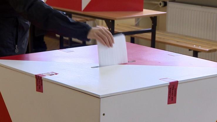CBOS: Polacy coraz bardziej prodemokratyczni