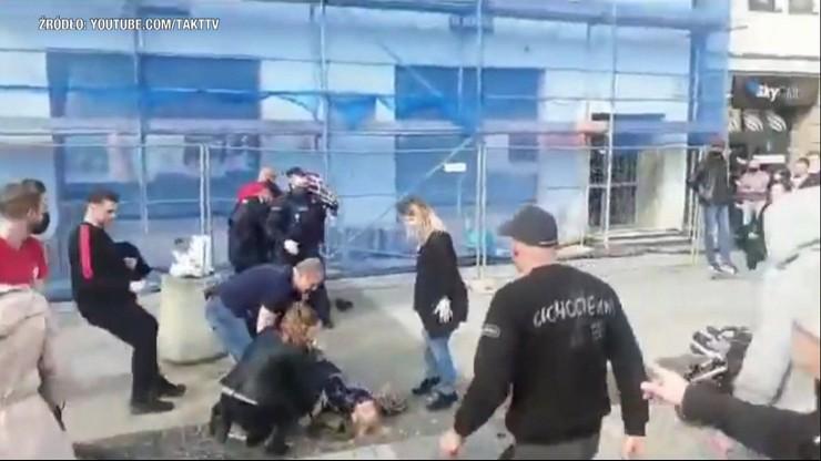 Policjant powalił emerytkę na ziemię. Kontrowersyjna interwencja w Białymstoku