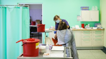 Coraz więcej chorych, nowy wariant wirusa na Białorusi. Raport Dnia
