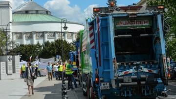 Śmieciarki przed Sejmem. Przeciwko zmianom ws. gospodarowania odpadami
