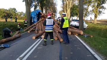 Po zderzeniu z ciężarówki wysypały się drewniane bale. Kierujący kią zginął na miejscu