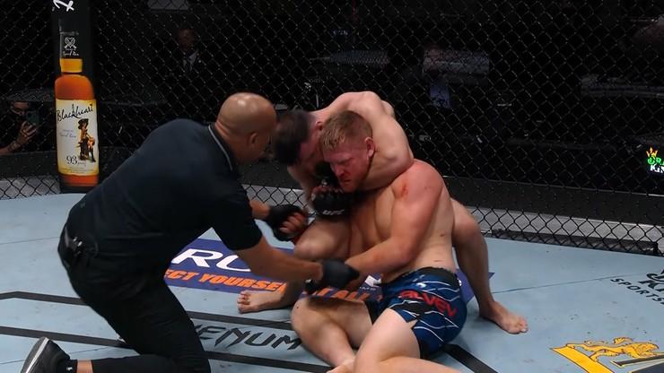 Drastyczne sceny na gali UFC! Marquez prawie udusił rywala (WIDEO)