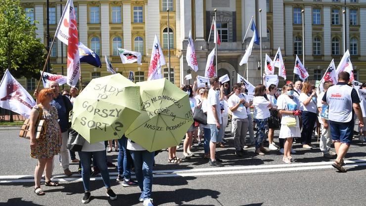 "Pracownicy sądownictwa protestowali pod KPRM: ""Stop zamrażaniu płac"""