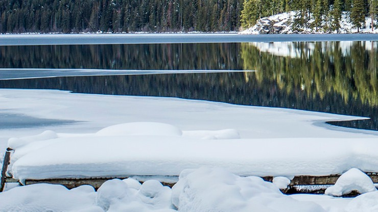 Mazurskie jeziora zamarzły - lód cienki i bardzo niebezpieczny