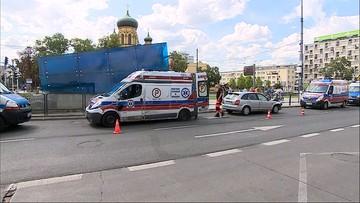 Warszawa: karetka zderzyła się z autem osobowym. Rannego ratownika zabrano do szpitala