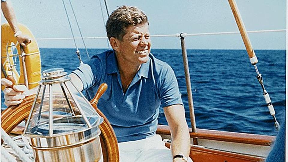 John F. Kennedy w czasie rejsu jachtem w 1962 roku