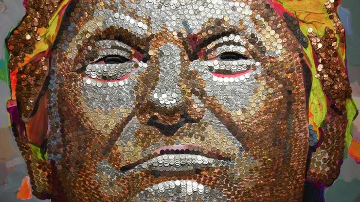 """Portret Trumpa zrobiony z... monet. """"Jest bogaty, ale tani"""""""
