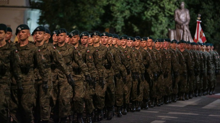 Nocna próba przed defiladą z okazji święta Wojska Polskiego