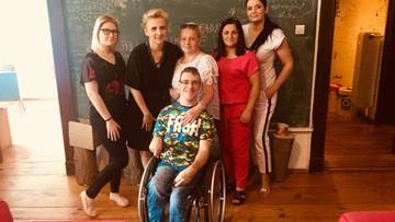Protestujący niepełnosprawni i ich opiekunowie asystentami poseł Scheuring-Wielgus