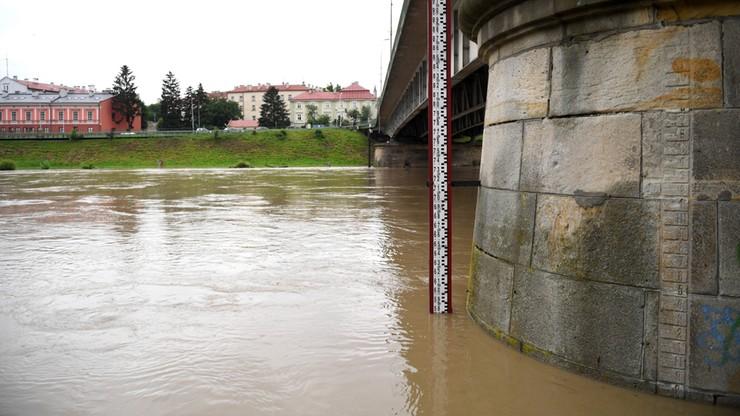 Silny deszcz i burze, przekroczone stany alarmowe. Trudne chwile dla południa Polski