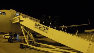 Awantura na pokładzie samolotu do Wrocławia. Pasażer wyprowadzony w kajdankach