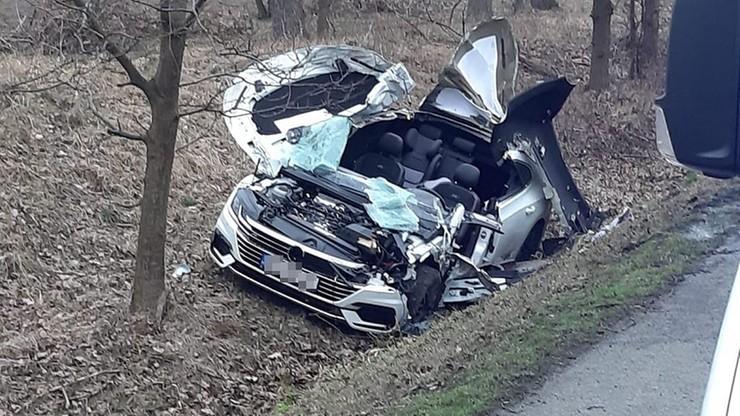 Ciężarówka chciała zawrócić, w jej tył uderzył osobowy volkswagen - jego kierowca zginął