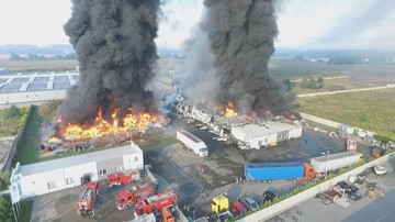Pożar w zakładzie przetwórstwa odpadów przemysłowych w Myszkowie. Trwa dogaszanie [WIDEO]