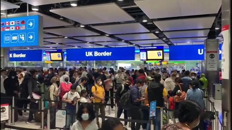 Tysiące ludzi w kolejce do dwóch okienek na brytyjskim lotnisku. Pasażerowie mdleli w ścisku