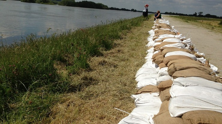 Przerwany wał przeciwpowodziowy i podtopienia w gminie Darłowo. Wojsko włączyło się do akcji