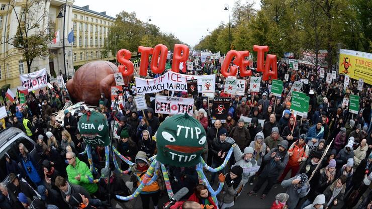 Gigantyczny kurczak przed Kancelarią Premiera. Protest przeciw umowom CETA i TTIP
