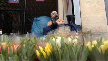 Niepełnosprawna 74-latka sprzedaje kwiaty. Dorabia do skromnej emerytury