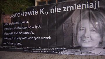 Protest przed domem Jarosława Kaczyńskiego. Na plakacie m.in. słowa Marii Kaczyńskiej