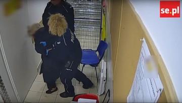 Policjanci zatrzymali 82-latkę. Nie zawahali się jej uderzyć i skuć kajdankami