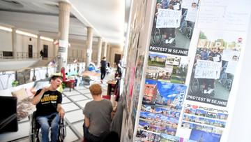 Straż Marszałkowska zażądała od protestujących zdjęcia ze ścian pocztówek z głosami poparcia
