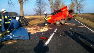 Tragedia na drodze w Wielkopolsce. Bus uderzył w maszynę drogową. Kierowca zginął [ZDJĘCIA]