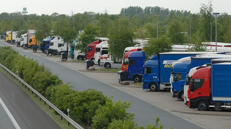 Niemcy wprowadzili kary za 45-godzinny odpoczynek w kabinie ciężarówek. Polscy przewoźnicy mają problem