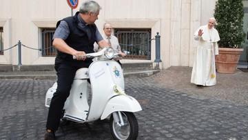 Papież dostał w prezencie biały skuter Vespa. Wypróbował go polski kardynał