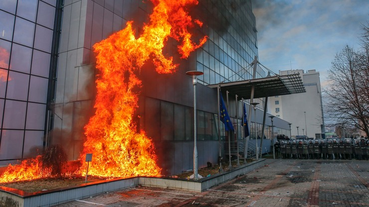 Antyrządowa demonstracja w Prisztinie. Protestujący podpalili siedzibę premiera