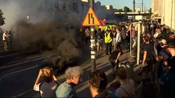 """Demonstracje przed Teatrem Powszechnym. Narodowcy próbowali zablokować """"Klątwę"""""""