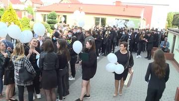 Pochód licealistów w Gryficach. Uczniowie oddają cześć zamordowanej Magdzie