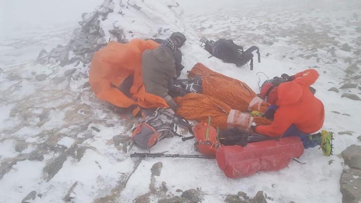 GOPR-owcy w huraganowym wietrze sprowadzali 11 osób z Babiej Góry. Niektóre były... w dżinsach
