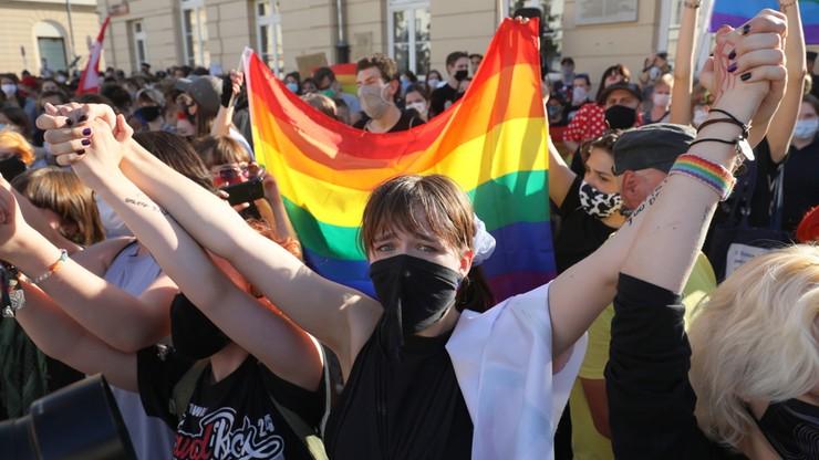 """""""Homofobiczna agresja w Polsce"""". Podpisali się m.in.: Almodóvar, Atwood, Holland, Tokarczuk, Graff"""