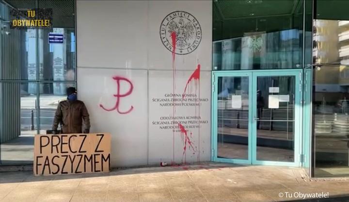 Warszawa. Siedziba IPN oblana farbą w ramach protestu. Sprawca zatrzymany
